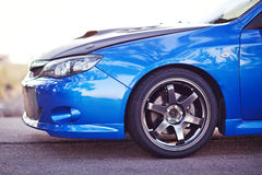 Vista della facciata frontale dell'automobile sportiva blu immagini stock libere da diritti