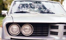 Vista della facciata frontale di retro parte anteriore d'annata grigia dell'automobile Immagine Stock Libera da Diritti