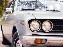 Vista della facciata frontale di retro parte anteriore d'annata grigia dell'automobile Fotografie Stock Libere da Diritti