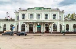 Vista della facciata della stazione ferroviaria a Pskov, Russia Immagini Stock Libere da Diritti