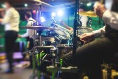 Vista della fase durante il concerto rock, con gli strumenti musicali e le luci della fase di scena, prestazione di manifestazion fotografie stock libere da diritti