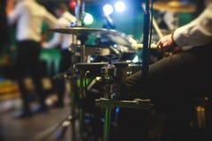 Vista della fase durante il concerto rock, con gli strumenti musicali e le luci della fase di scena, prestazione di manifestazion fotografia stock libera da diritti