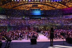 Vista della fase, partito, coriandoli variopinti, folla, ospite femminile Fotografia Stock Libera da Diritti
