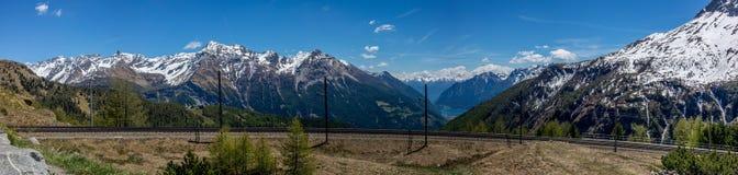 Vista della ferrovia al passaggio nelle alpi svizzere - 1 di Bernina Fotografia Stock Libera da Diritti