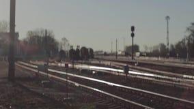 Vista della ferrovia alla stazione ferroviaria Defocusing focalizzazione stock footage