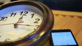 Vista della fine sull'orologio e sul cronometro su uno smartphone l'uomo avvia un cronometro stock footage