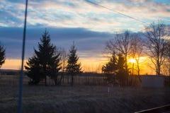 Vista della finestra del treno con la luce drammatica di tramonto fotografie stock libere da diritti