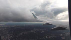 Vista della finestra dell'aeroplano Viaggio dell'aria video d archivio