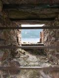 Vista della finestra di Loch Ness dal castello di Urquhart in Drumnadrochit, fotografia stock libera da diritti