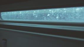 Vista della foresta di inverno dalla finestra di un treno commovente stock footage