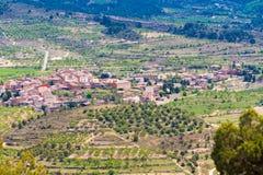 Vista della foresta e della città nella provincia della Catalogna, Spagna Vista superiore Fotografia Stock Libera da Diritti