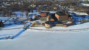 Vista della fortezza antica della città di Hameenlinna, video aereo di giorno di marzo finland video d archivio