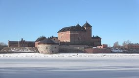 Vista della fortezza antica di Hameenlinna, giorno di Sunny March finland stock footage