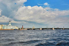 Vista della fortezza dell'isola e di Peter e di Paul di Vasilievsky sopra il fiume Neva a St Petersburg Fotografie Stock