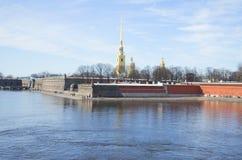 Vista della fortezza di Paul e di Peter un giorno di Sunny March St Petersburg Fotografia Stock Libera da Diritti