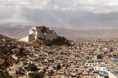 Vista della fortezza di Shigatse Dzong sulla sommità fotografia stock