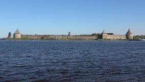 Vista della fortezza russa antica Oreshek Shlisselburg, Russia stock footage