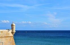 Vista della fortificazione del mare di Sesimbra Fotografie Stock Libere da Diritti