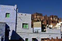 Vista della fortificazione di Mehrangarh dalla città inferiore Jodhpur anche conosciuta come la città blu Fotografia Stock Libera da Diritti