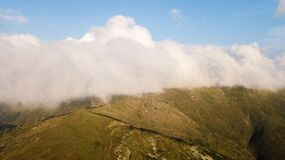 Vista della gamma di montagne in nuvole da una vista dell'occhio del ` s dell'uccello Fotografie Stock