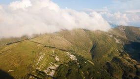 Vista della gamma di montagne in nuvole da una vista dell'occhio del ` s dell'uccello Immagini Stock Libere da Diritti