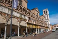 Vista della gente e dei negozi, oltre al campanile della cattedrale di Ferrara Immagini Stock