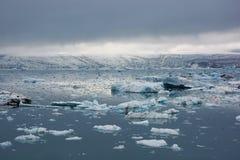 Vista della laguna con i piccoli blocchetti di centinaia di ghiaccio, Jokulsarlon, I Immagine Stock