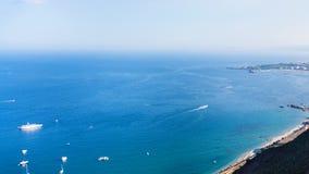 Vista della linea costiera del mare ionico da Taormina fotografia stock