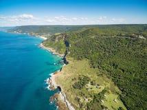 Vista della linea costiera dell'oceano vicino a grande azionamento pacifico Immagine Stock