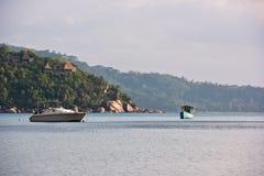 Vista della linea costiera delle Seychelles con barche su una priorità alta Fotografie Stock Libere da Diritti