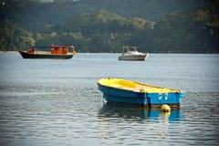 Vista della linea costiera delle Seychelles con barche su una priorità alta Fotografia Stock Libera da Diritti