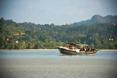 Vista della linea costiera delle Seychelles con una barca su una priorità alta Fotografia Stock Libera da Diritti