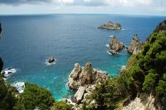 Vista della linea costiera di Cliffside sull'isola greca Fotografie Stock Libere da Diritti