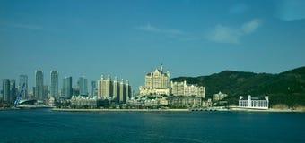 Vista della linea costiera di Dalian dalla baia di Dalian, Liaoning, Cina Fotografie Stock