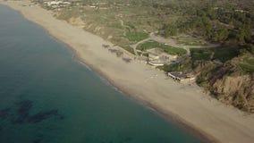 Vista della linea costiera fuori stagione vuota della spiaggia con il infarastructure del parco stock footage