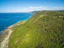 Vista della linea costiera irregolare su grande azionamento pacifico Immagini Stock Libere da Diritti