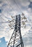 Vista della linea elettrica contro le nuvole di cielo blu alla luce solare Elettrico, tecnologia fotografie stock