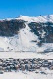 Vista della località di soggiorno di corsa con gli sci in alpi Livigno Fotografia Stock Libera da Diritti