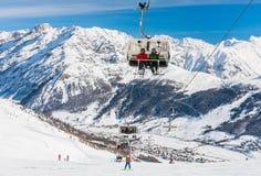 Vista della località di soggiorno di corsa con gli sci in alpi Livigno Fotografia Stock