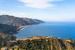 Vista della località di soggiorno di Letojanni e della costa del mare ionico fotografia stock libera da diritti