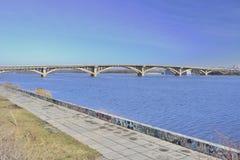 Vista della metropolitana del ponte attraverso il fiume di Dnieper fotografie stock libere da diritti