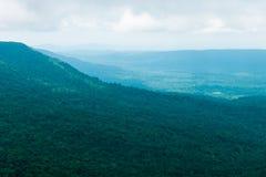 Vista della montagna con nebbia Immagine Stock