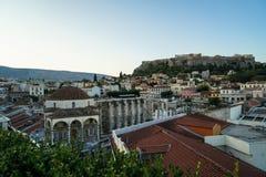 Vista della montagna dell'acropoli, dal quadrato di Monastiraki attraverso le vecchie costruzioni tetto della città, priorità alt Fotografie Stock