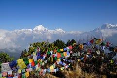 Vista della montagna di Annapurna con le bandiere pregare Fotografie Stock Libere da Diritti