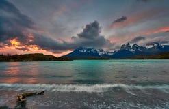 Vista della montagna di Cuernos del Paine nel parco nazionale di Torres del Paine durante il tramonto luminoso cileno Fotografie Stock