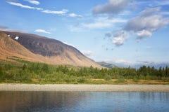 Vista della montagna di rai-Iz e del fiume del singhiozzo nei Urals polari fotografie stock libere da diritti