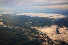 Vista della montagna e della nuvola verdi Immagini Stock