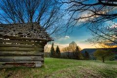 vista della montagna e di vecchia casa di legno Fotografia Stock