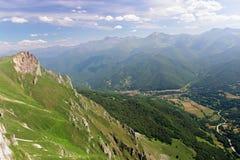 Vista della montagna e della valle del villaggio a Fuente de Pied Fotografie Stock