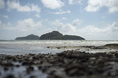 Vista della montagna infuriata dell'isola e del mare fra il mare poca spiaggia della roccia su priorità alta Fotografia Stock Libera da Diritti